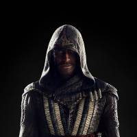 "Filme de ""Assassin's Creed"": Michael Fassbender revela primeira imagem com look de assassino"