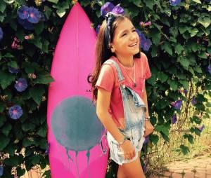 Sophia Medina anda com uma prancha de surf ao lado desde pequenininha!