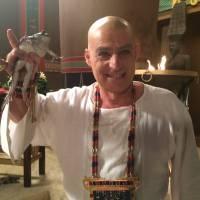 """Novela """"Os Dez Mandamentos"""": 2ª praga deixa reino de Ramsés (Sérgio Marone) cheio de rãs!"""