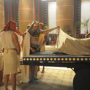 """Novela """"Os Dez Mandamentos"""": Ramsés (Sérgio Marone) fica preocupado com 5ª praga que chega ao Egito!"""