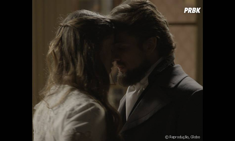 """Em """"Além do Tempo"""": Felipe (Rafael Cardoso) diz que largaria tudo para ficar com Lívia (Alinne Moraes)"""