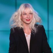 """Sia lança """"Alive"""", o primeiro single de seu novo álbum, após o sucesso de """"Chandelier"""""""