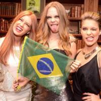 Isabella Santoni, Marina Ruy Barbosa e Cara Delevingne tiram selfies em evento de moda. Chique!
