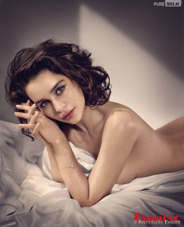 """Emilia Clarke, atriz de """"Game of Thrones"""", posa com o título de mulher mais sexy do mundo"""