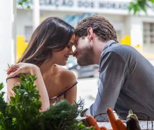 """Mari (Bruna Marquezine) e Ben (Maurício Destri) comemoram notícia da gravidez em """"I Love Paraisópolis"""""""