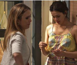 """Em """"I Love Paraisópolis"""", Mari (Bruna Marquezine) viu resultado do teste de gravidez ao lado de Danda (Tatá Werneck)"""