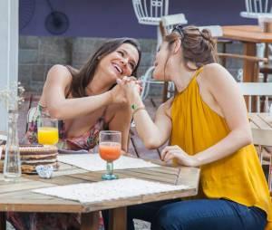 """Em """"I Love Paraisópolis"""", Mari (Bruna Marquezine) e Margot (Maria Casadevall) celebram a amizade em tarde em família"""