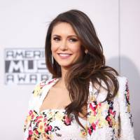 "Nina Dobrev tieta Norman Reedus, o Daryl de ""The Walking Dead"", nos bastidores do AMA 2015"