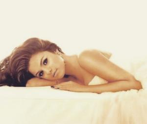 Selena Gomez fica bonita de qualquer jeito... até na cama