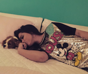 Anitta é uma fofa, né? Mais fofa ainda com seu cão e deitada na cama!