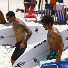 "Caio Castro e Felipe Titto, galãs de ""Amor à Vida"", surfam juntos no Rio"