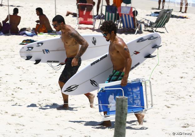 Caio Castro e Felipe Titto surfaram na Prainha, Zona Oeste do Rio, nesta terça-feira, dia 14 de janeiro de 2014