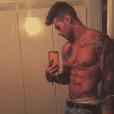 Lucas Lucco vive abusando das selfies sem camisa no Instagram