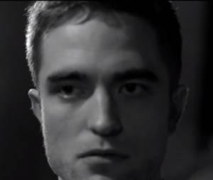 """Robert Pattinson conta que agora cuida da beleza: """"Eu não posso dizer se é por causa da minha associação com a Dior ou se é porque eu estou mais velho, mas eu comecei a fazer hidratação"""""""