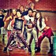 Selena Gomez publicou uma foto na qual ela ensaia com seus dançarinos