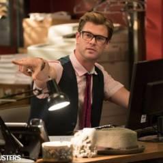 """Chris Hemsworth, de """"Os Vingadores"""", é secretário das protagonistas em foto de """"As Caça-Fantasmas"""""""