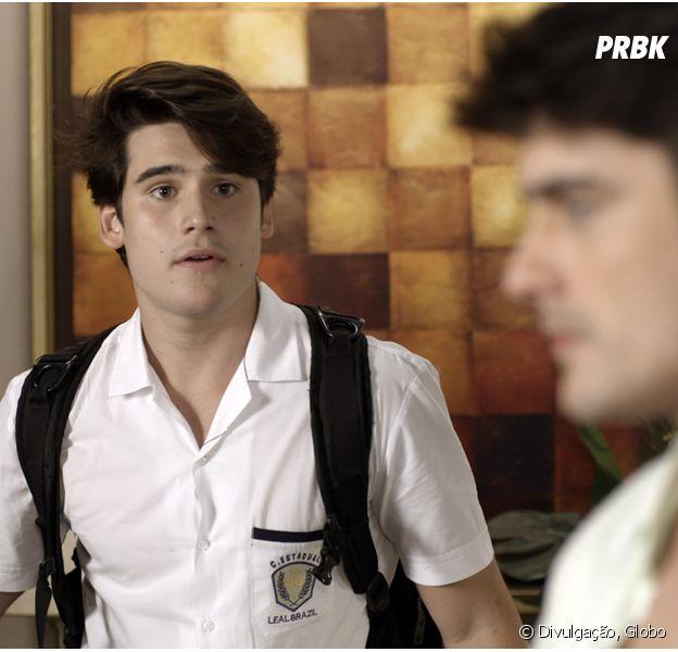 """Em """"Malhação"""", Rodrigo (Nicolas Prattes) dá de cara com Tito (Guilherme Leicam) em sua casa!"""
