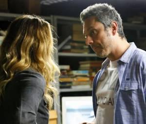 """Em """"A Regra do Jogo"""", Atena (Giovanna Antonelli) salva Romero (Alexandre Nero) da morte!"""