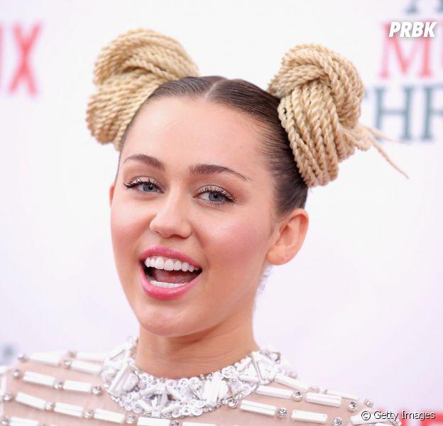 Miley Cyrus é flagrada com os seios pra fora ao experimentar roupa