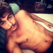 """Rafael Vitti, de """"Velho Chico"""", posa sem camisa e com bigode para selfie no Instagram"""