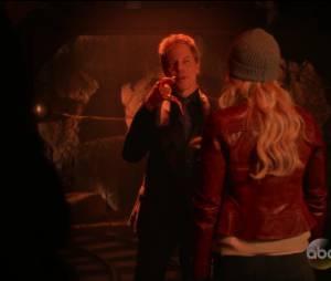 "Em ""Once Upon A Time"": na 5ª temporada, Hades (Greg Germann) mostra o gancho de Hook(Colin O'Donoghue)"