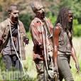 "Michonne (Danai Gurira) aparece com dois zumbis em ""The Walking Dead"""