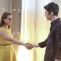 """Em """"The Flash"""" e """"Supergirl"""": Barry (Grant Gustin) e Kara se conhecem em fotos do crossover!"""