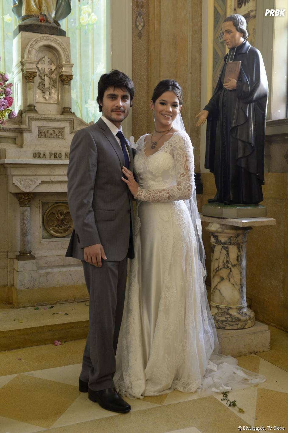 """Cena de casamento do Laerte (Guilherme Leicam) e Helena (Bruna Marquezine) na novela """"Em Família"""""""