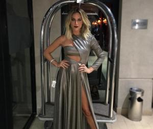 No Prêmio Geração Glamour, Giovanna Ewbank escolheu um modelito prateado