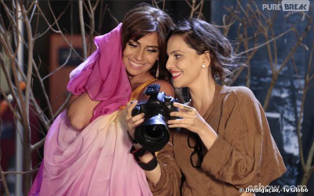 """E o clima esquenta na trama de """"Em Família""""! Clara (Giovanna Antonelli) posa sensual para Marina(Tainá Müller)"""