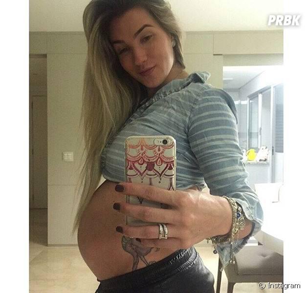 """Aline Gotschalg, ex-""""BBB15"""", posta selfie mostrando barriga e se declara para filho às vésperas do parto"""