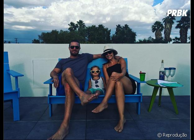 """Stephen Amell, de """"Arrow"""", vive mostrando cliques fofos ao lado da filha e da mulher, Cassandra Jean"""