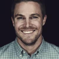 """De """"Arrow"""": Stephen Amell, o Oliver, apaixonado por duas atrizes? Confira curiosidades sobre o ator!"""