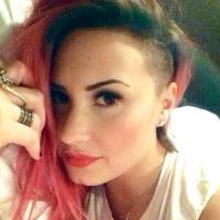 "Demi Lovato raspa o cabelo para a ""The Neon Lights Tour""! Veja o resultado"