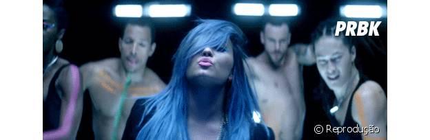 Demi Lovato joga o cabelo!