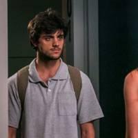 """Final """"Totalmente Demais"""": Jonatas (Felipe Simas) flagra Eliza e Arthur em clima de romance"""