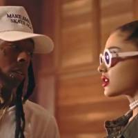 """Ariana Grande lança clipe de """"Let Me Love You"""", com Lil Wayne, cabelo cacheado e muita sensualidade!"""
