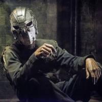 """Em """"The Flash"""": na 2ª temporada, Oliver, de """"Arrow"""", é o Homem da Máscara de Ferro? Confira teorias!"""