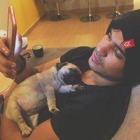 Kéfera Buchmann e Gustavo Stockler adotam cadela da raça Pug e postam várias fotos no Instagram!