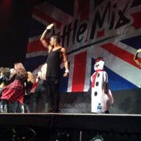 Demi Lovato vira boneco de neve e aparece de surpresa em show do Little Mix