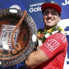 """Gabriel Medina é campeão em Fiji! Surfista surpreende e namorada comemora: """"Orgulho define"""""""