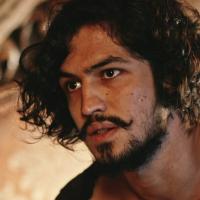 """Novela """"Velho Chico"""": Miguel (Gabriel Leone) descobre que é filho de Santo e briga com Tereza"""