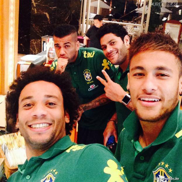 Neymar compartilhou com os fãs uma foto na qual aparece com os amigos da Seleção Brasileira: Daniel Alves, Hulk e Marcelo.