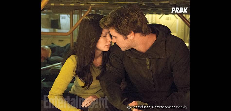 """Katniss (Jennifer Lawrence) e Gale (Liam Hemsworth) se envolvem em """"Jogos Vorazes: A Esperança - O Final"""""""