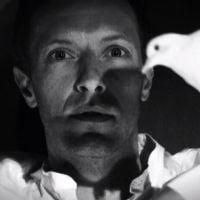 """Coldplay lança clipe preto e branco e cheio de truques para """"Magic"""""""
