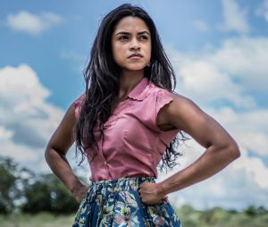 """Luzia (Lucy Alves) se revolta quando descobre queTereza (Camila Pitanga) salvou Santo (Domingos Montagner) em """"Velho Chico"""""""