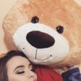 Larissa Manoela mostra seu urso, Vida, presente de João Guilherme Ávila