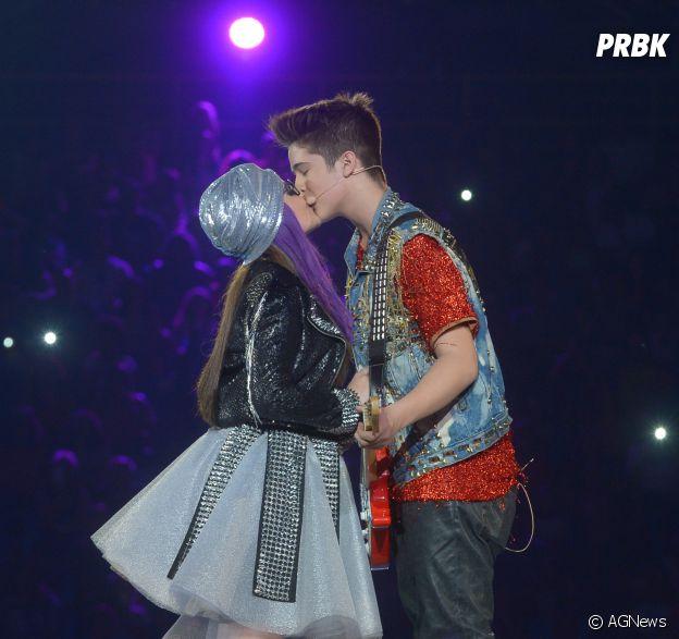 Larissa Manoela e João Guilherme se beijam durante show