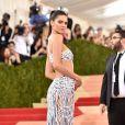 Truque de Kendall Jenner: manter as costas eretas, empinar o bumbum e usar o ombro a seu favor