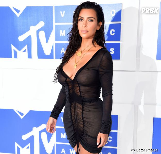 Faça como Kim Kardashian: cruze as pernas, mantenha as costas eretas e arrase na foto!